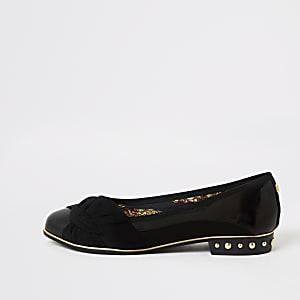 Zwarte schoenen met studs en knoop aan voorzijde