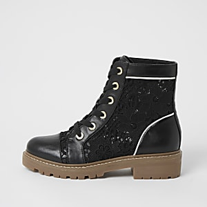 Schwarze Stiefel mit Spitzeneinsätzen