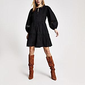 Zwarte geborduurde gesmokte mini-jurk met kant