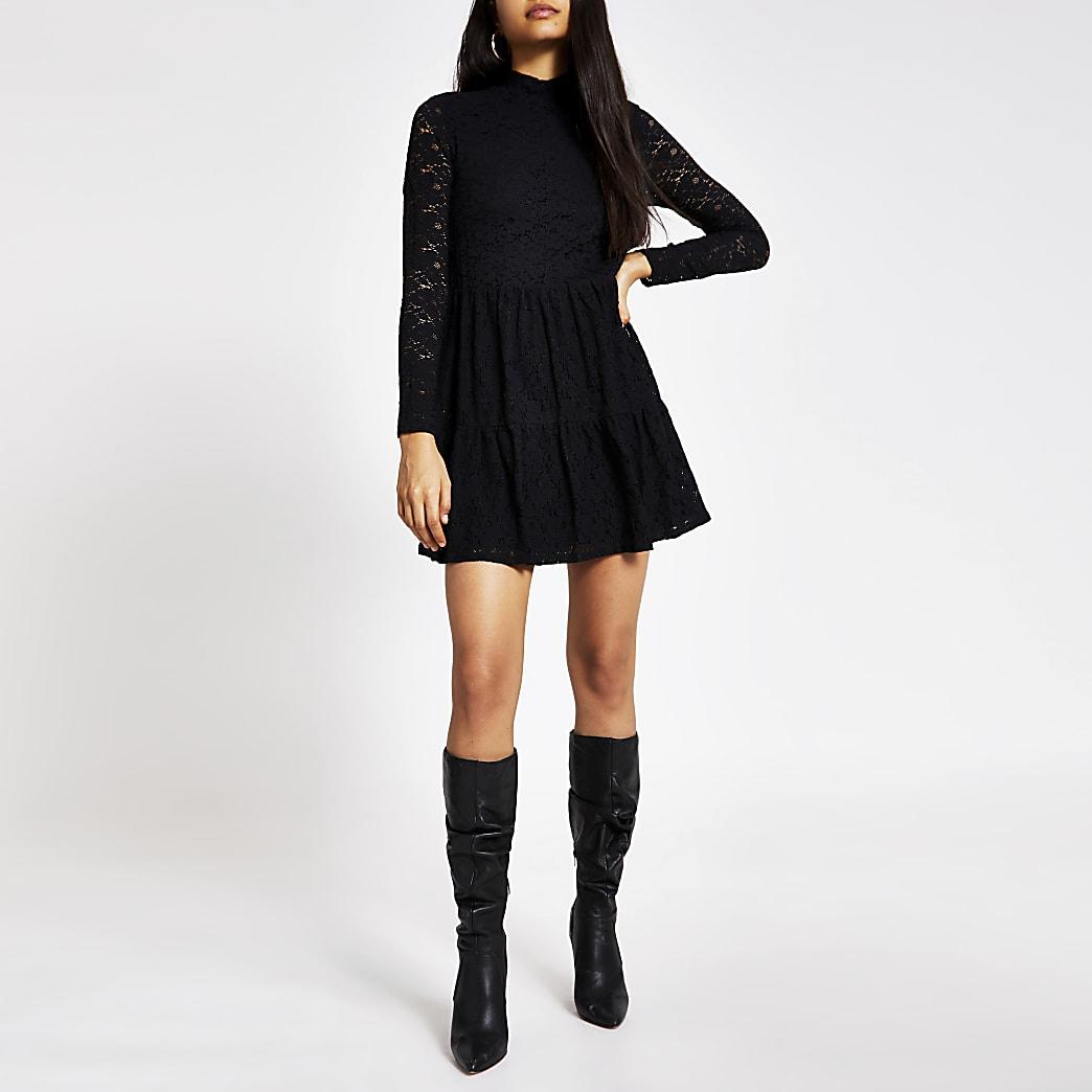 Zwarte hoogsluitende gesmoktemini-jurk met kant