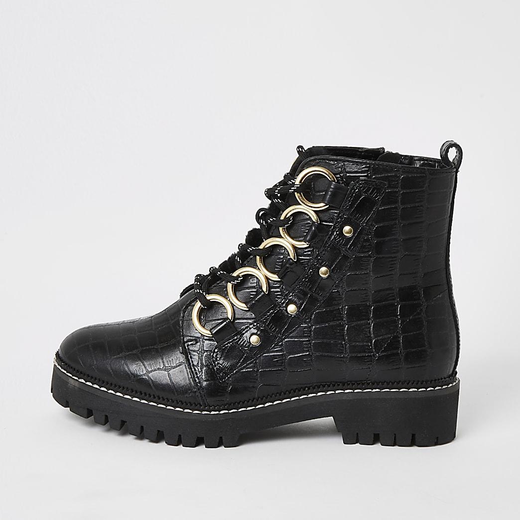 Schwarze, weit geschnittene Lederstiefel mit Krokoprägung