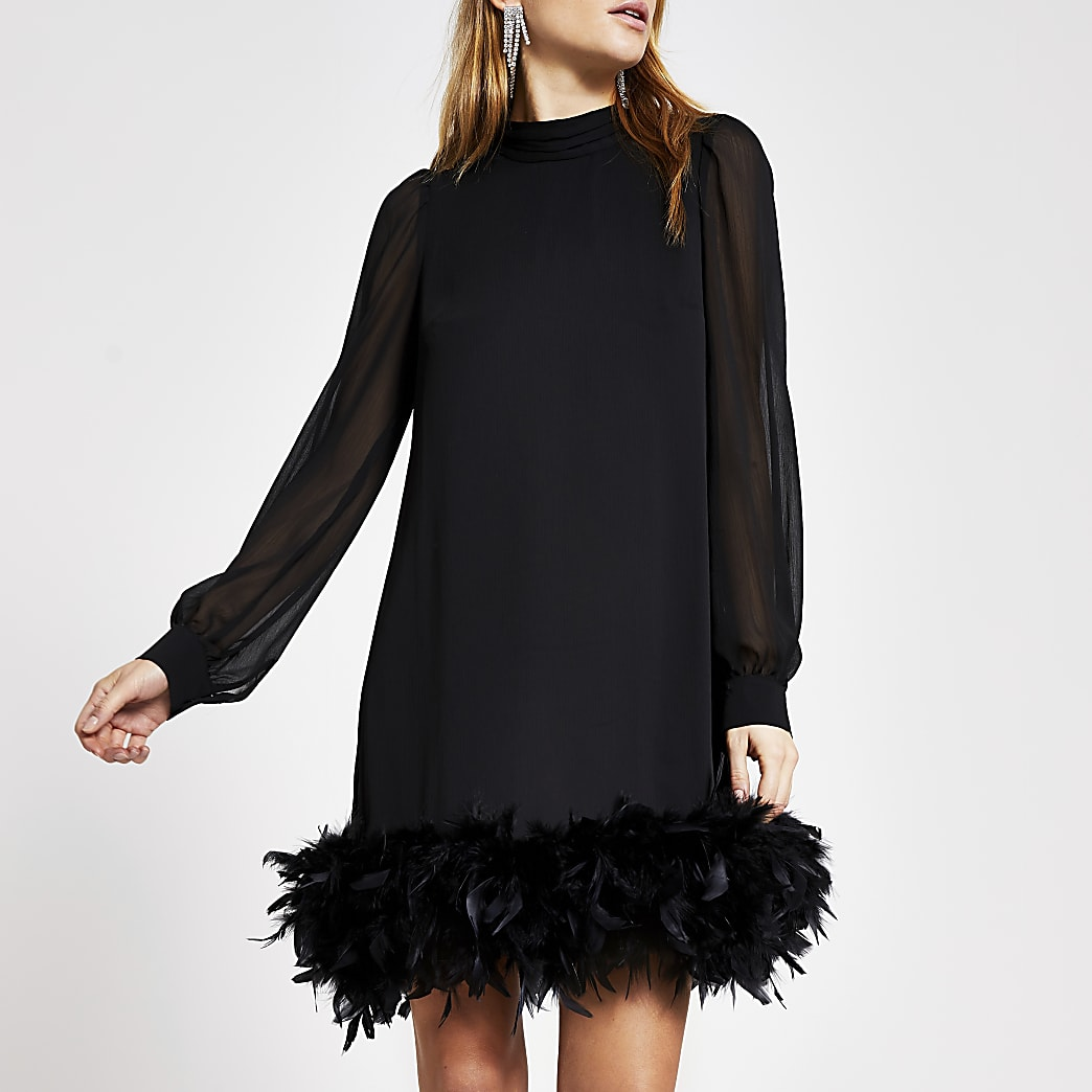 Mini-robe trapèze noireà manches longues et plumes