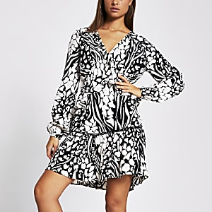 Gesmoktes Kleid mit schwarzem Monoprint und langen Ärmeln