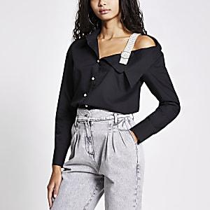 Zwart overhemd met één blote schouder met bandje en parelgesp