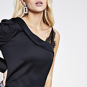 Zwarte satijnen blouse met een kanten mouw