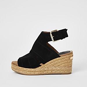 Schwarze, offene Sandale mit Keilabsatz und weitem Schaft