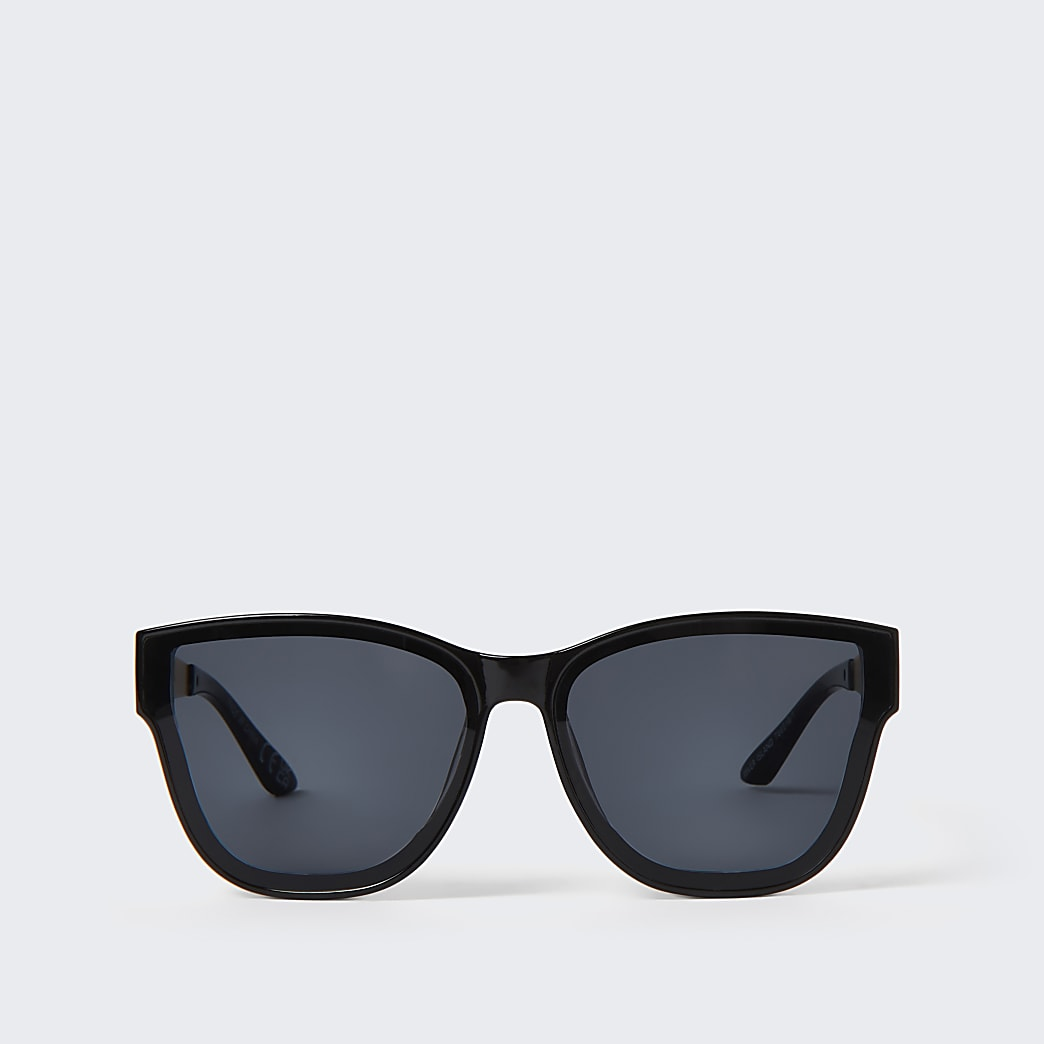 Black oversized sunglasses