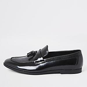 Zwarte lakleren loafers met kwastjes en textuur