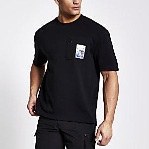 Schwarzes T-Shirt mit bedruckter Reißverschluss-Brusttasche