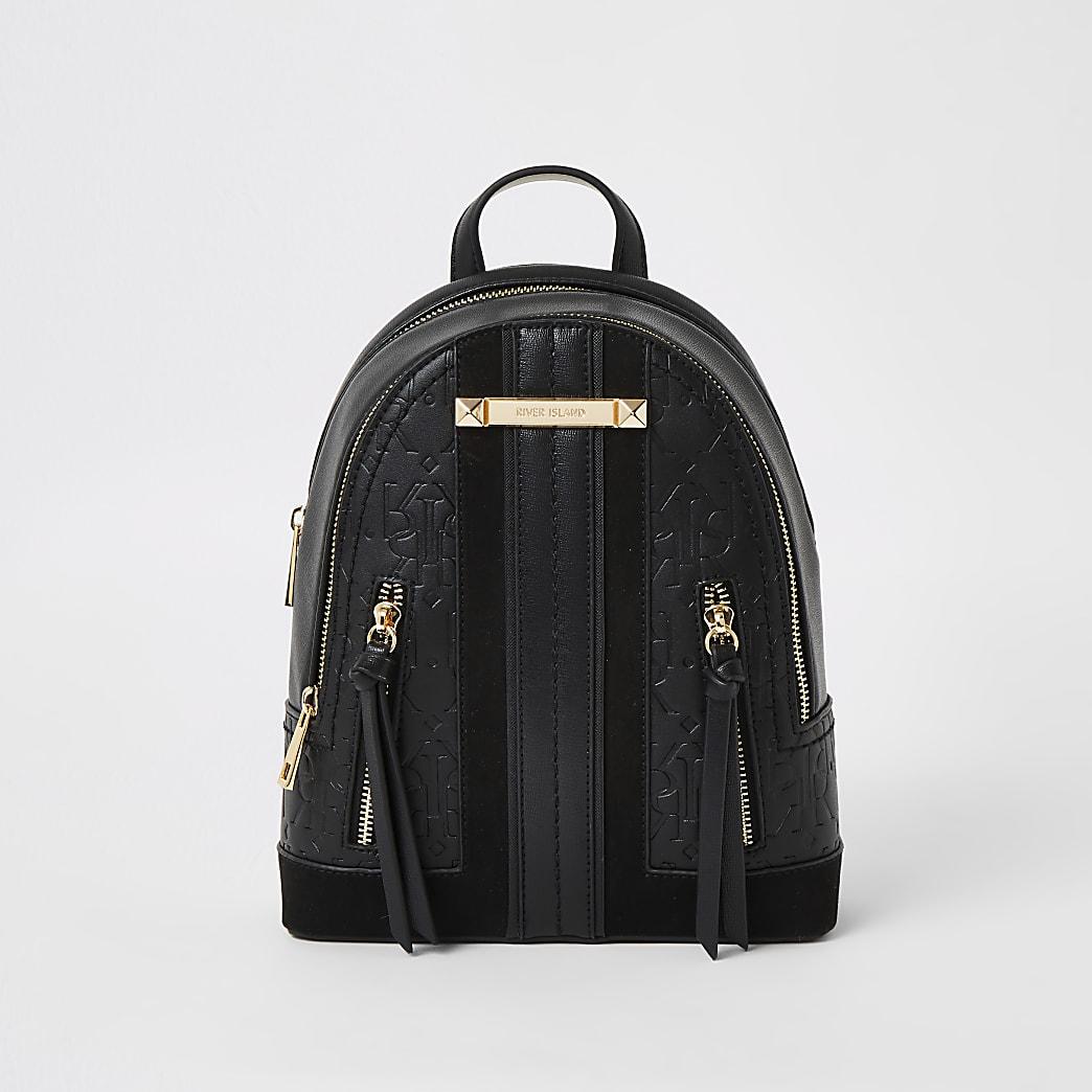 Schwarzer Rucksack mit RI-Prägung und Reißverschluss vorne
