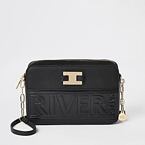 Zwarte rechthoekige crossbodytas met 'River'-tekst in reliëf
