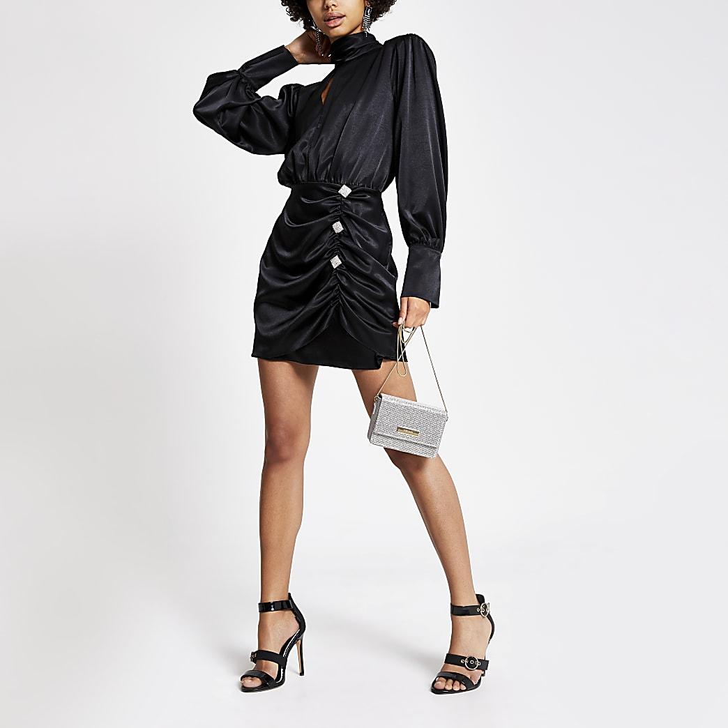 Mini-robe noire en satin froncéavec boutons en strass