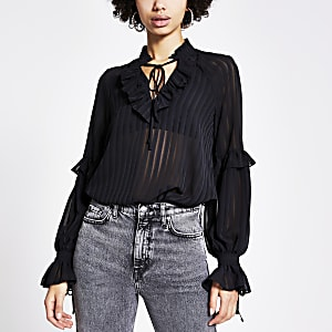 Zwarte doorschijnende gestreepte blouse met ruches rond V-hals