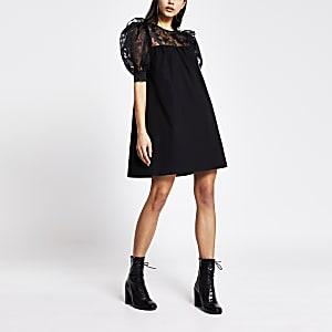 Zwarte mini-jurk met korte organza pofmouwen