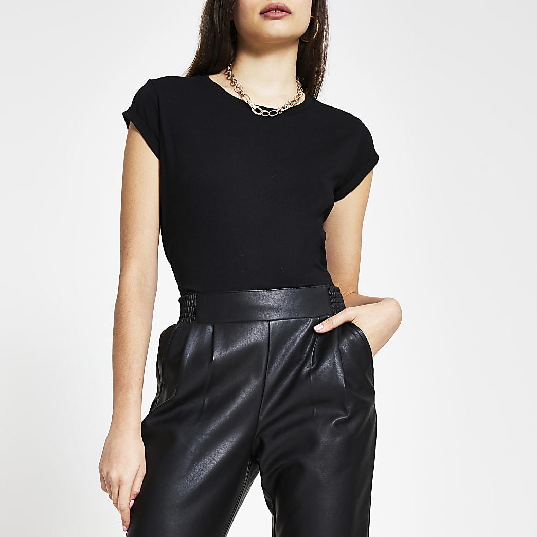 Schwarzes T-Shirt mit umgeschlagenen Ärmeln