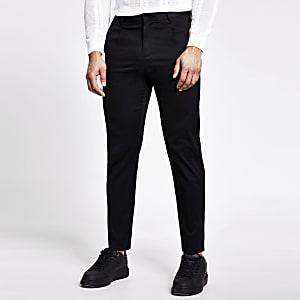 Schwarze Hose mit schmal zulaufendem Bein und Bundfalten