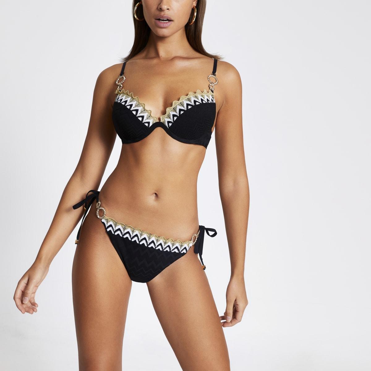 Zwart gehaakt bikinibroekje met zijbandjes