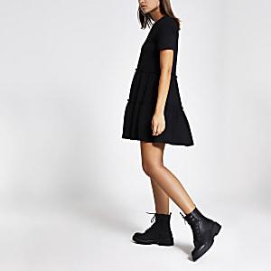 Mini-robe t-shirt à smocks noire à volants