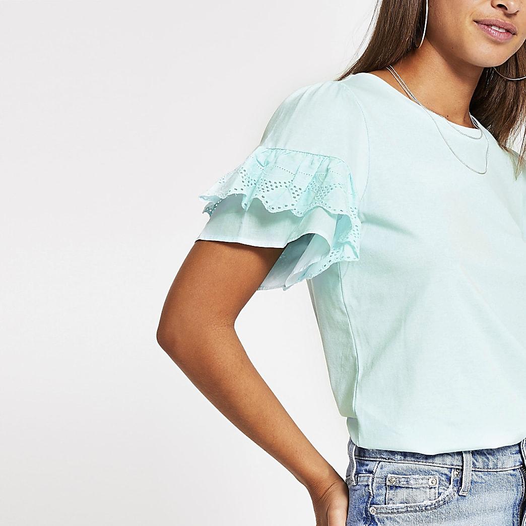 Blaues T-Shirt mit kurzen Trompetenärmeln mit Lochstickerei