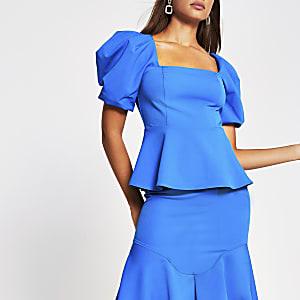 Blauwe top met korte pofmouwen en een rechte hals