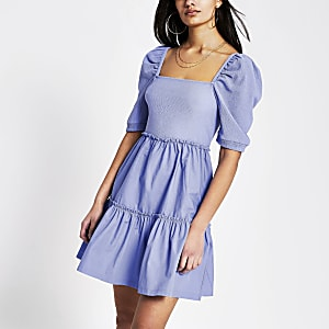 Mini-robe en popelineà smocks avec encolure carrée bleue