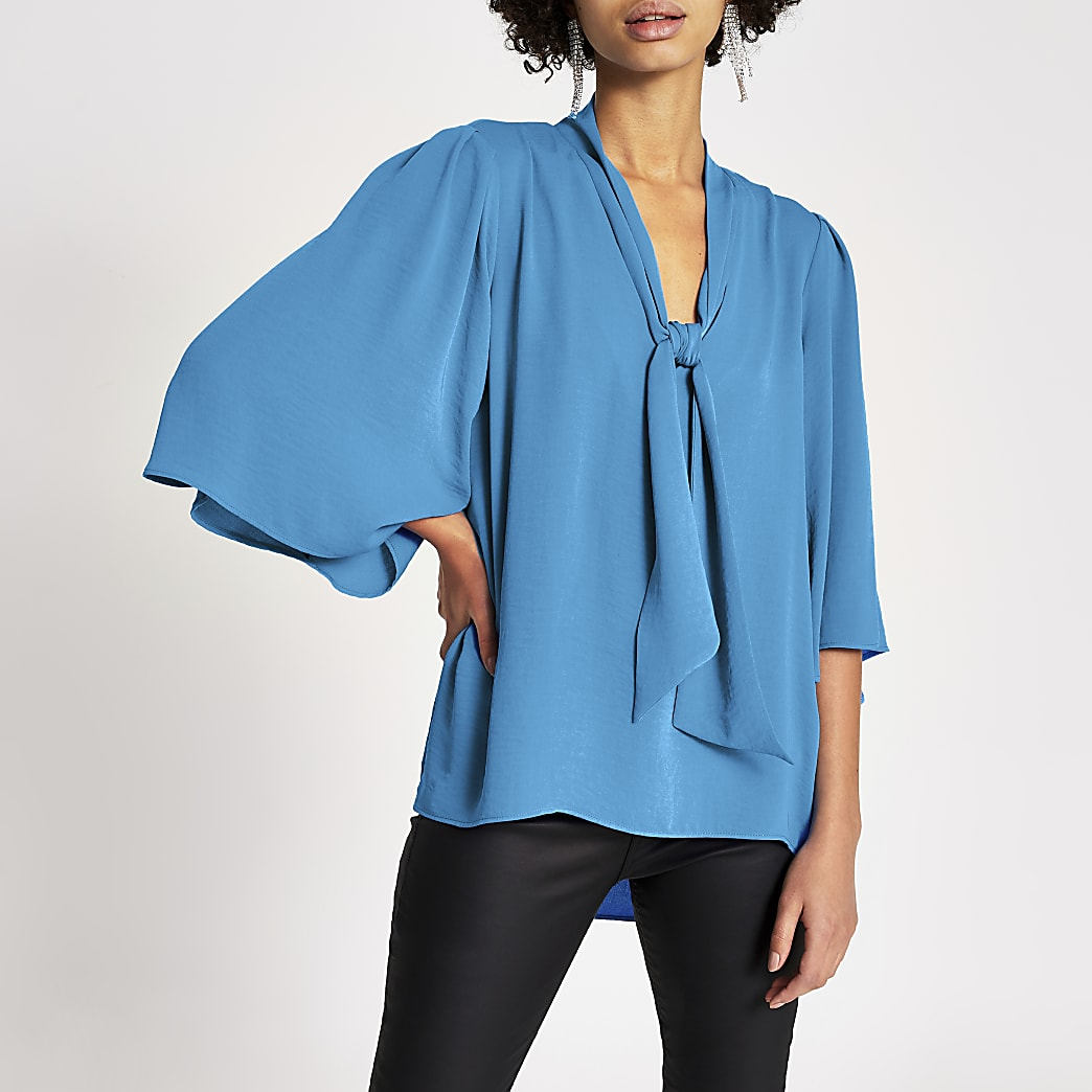 Blauwe blouse met strik V-hals choker