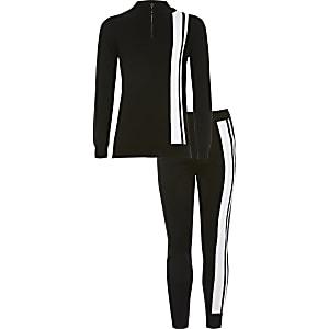 Zwarte trui outfit met halve ritssluiting en kleurvlakken