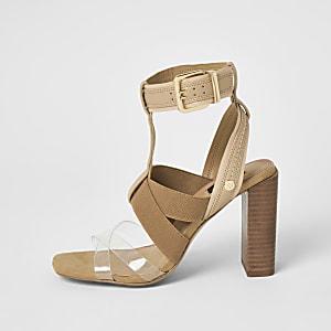 Braune Sandalen mit Stretchriemen und weitem Schaft