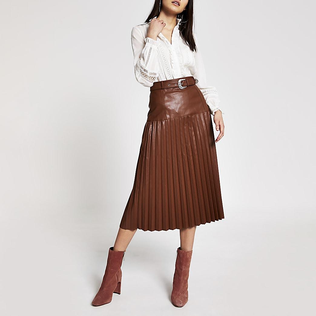 Jupe mi-longue plissée en cuir synthétique marron