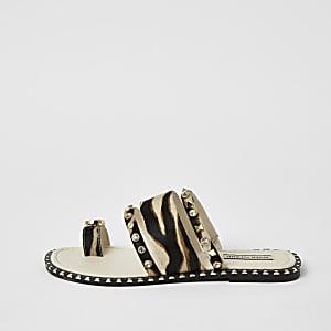 Bruine leren sandalen met dierenprint en teenlus