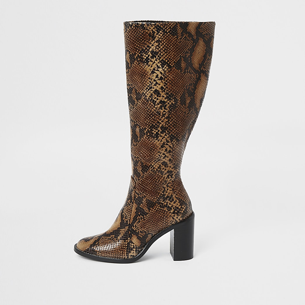 Kniehohe braune Lederstiefel in Schlangenlederoptik
