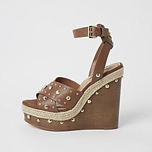 Nietenbesetzte Sandalen in Braun mit Keilabsatz aus Holz