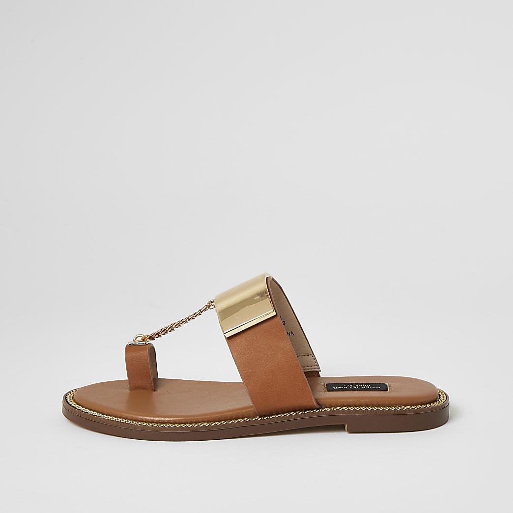 Braune Sandale mit Zehenschlaufe und Kette in weiter Passform