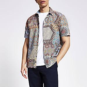 Slim Fit Seersucker-Hemd in Koralle mit Print