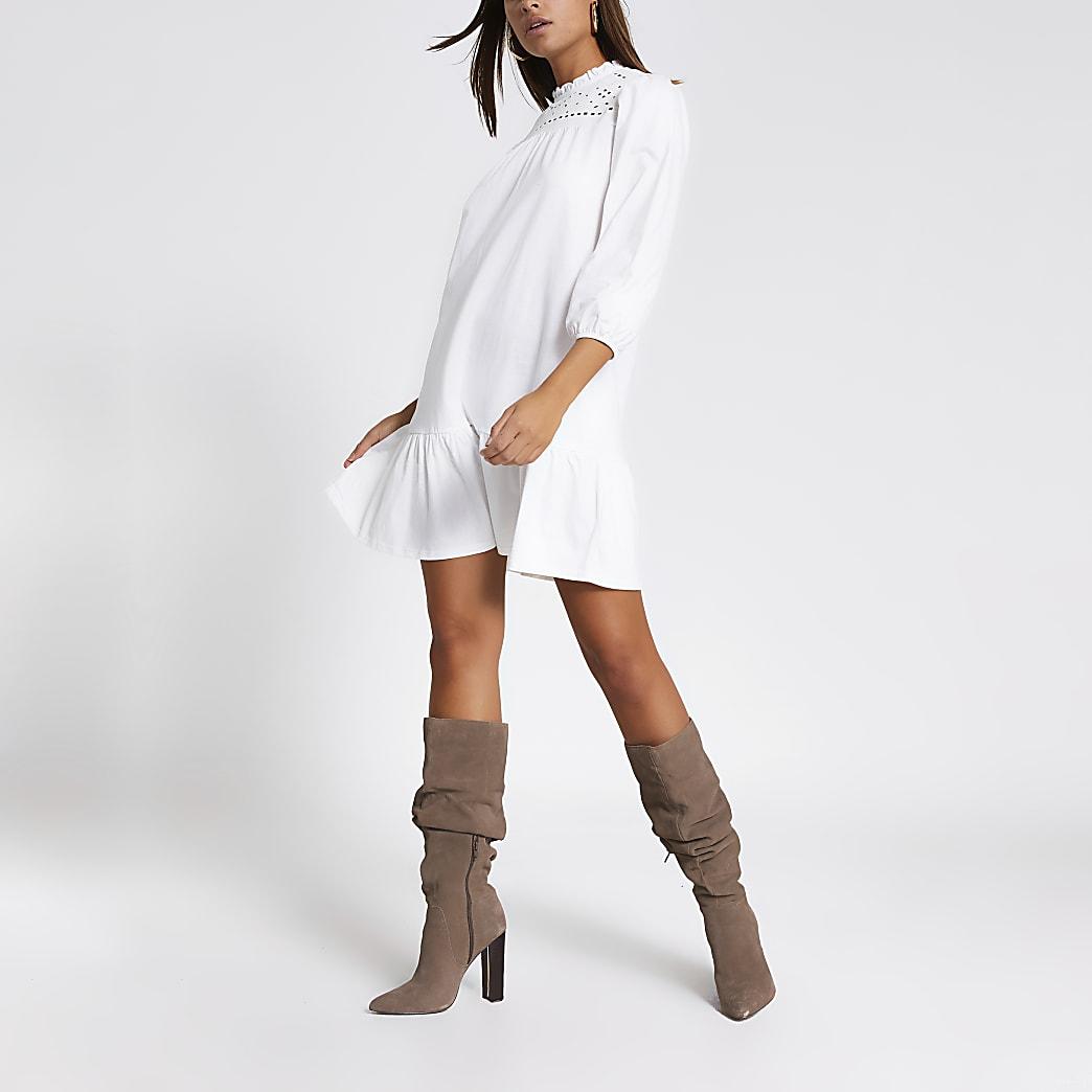Gesmoktes Lochstickerei-Kleid in Creme mit langen Ärmeln