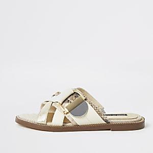Crèmekleurige sandalen met bandjes met gesp en studs