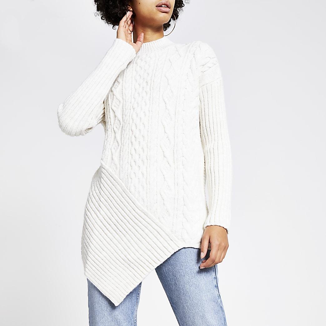 Cremefarbener Pullover mit Rollkragen und Zopfstrickmuster
