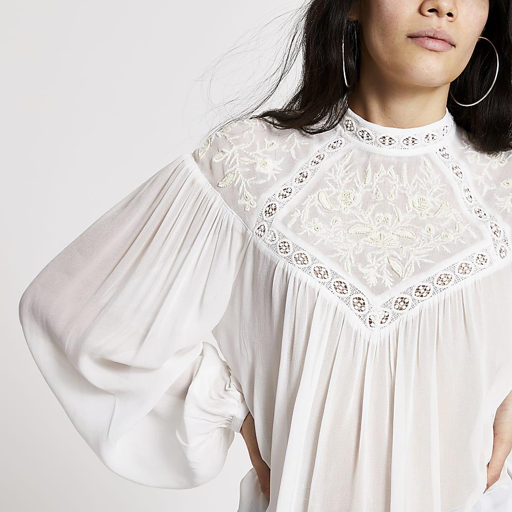 Crèmekleurige geborduurde hoogsluitende blouse