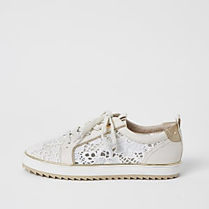Crèmekleurige geborduurde sneakers met vetersluiting