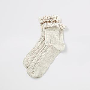 Socken mit Zopfmuster in Creme mit Samtrüschen