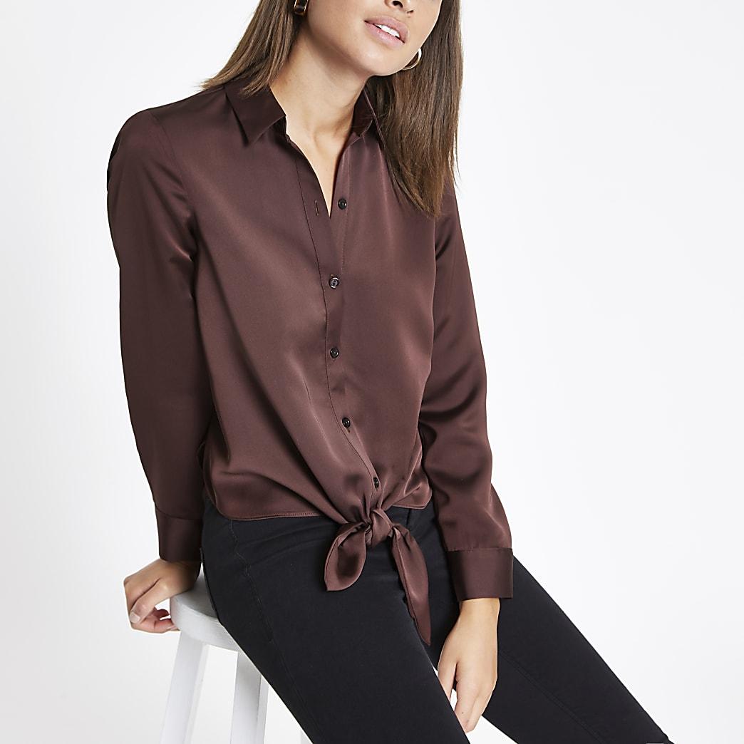 Chemise marron foncé boutonnée nouée sur le devant
