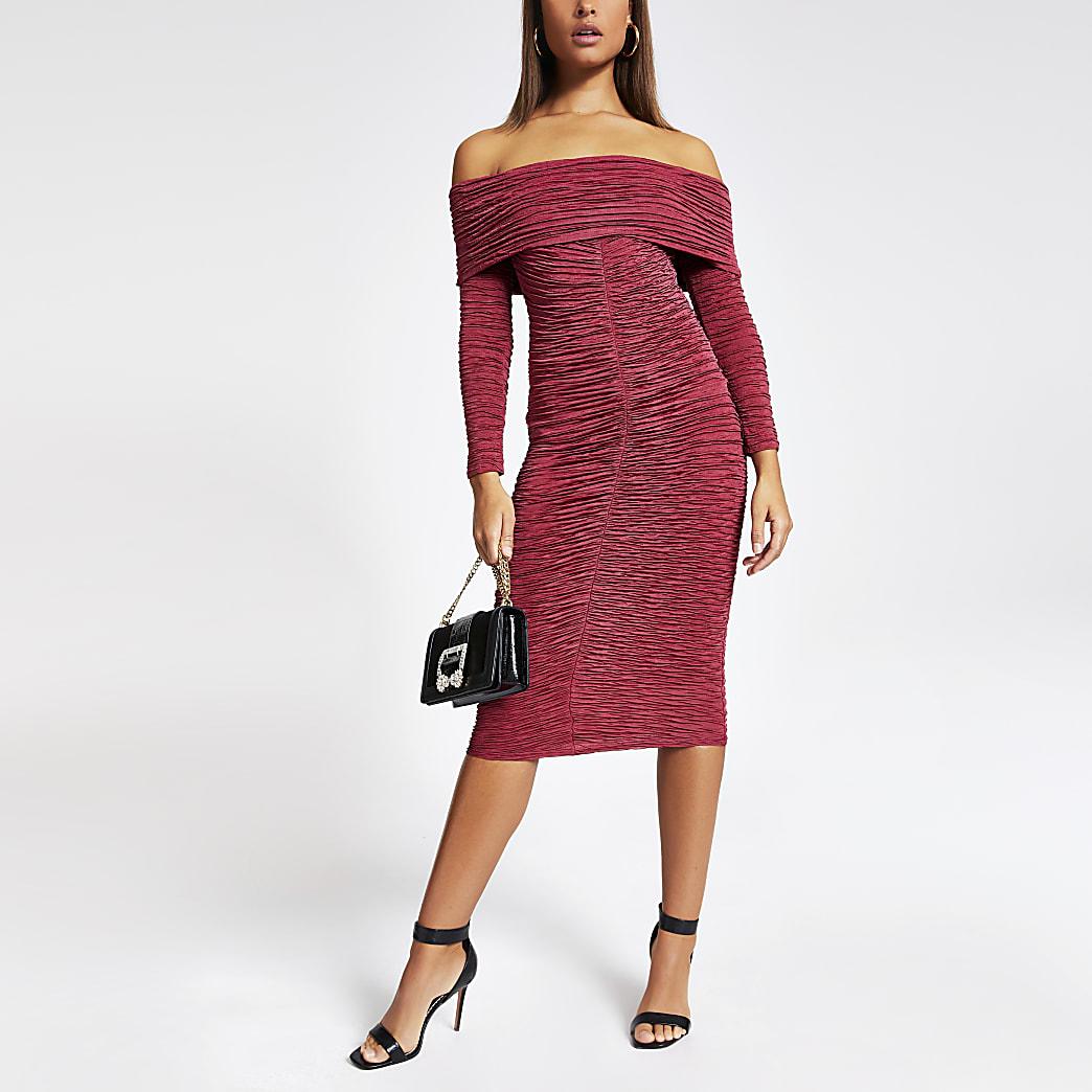 Robe Bardot mi-longue froncée rouge foncé