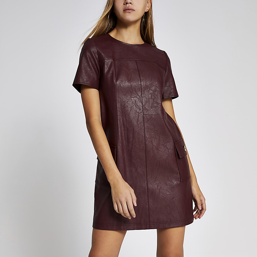 Mini-robe trapèze en cuir synthétique rouge foncé