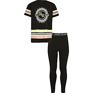 Schwarzes T-Shirt-Outfit mit Print und Strassverzierung
