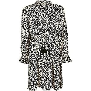 Gesmoktes Minikleid mit langen Ärmeln und schwarzem Print