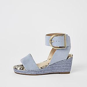 Blaue Sandalen mit Keilabsatz und Schnallen