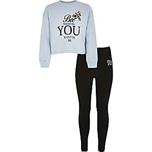 Outfit mit blauem Sweatshirt mit Print und Strassapplikation
