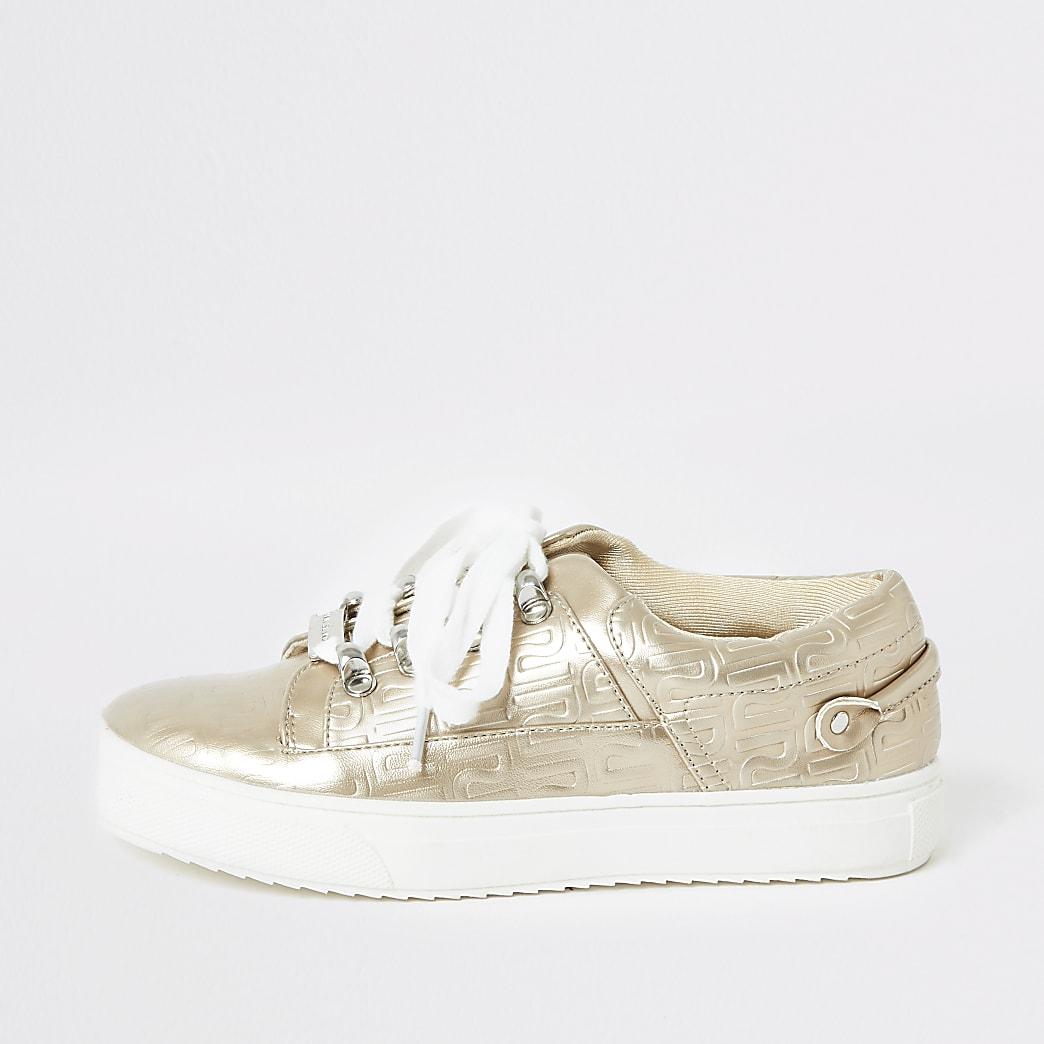 Goudkleurige sneakers met vetersluiting en RI-letters in reliëf