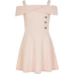 Rosa, schulterfreies Skater-Kleid mit Knopfelementen an der Vorderseite