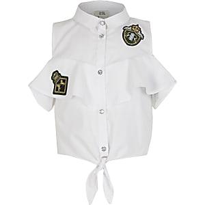 Weiße Bluse zum Binden mit Aufnähern